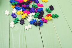 Beaucoup de puzzles colorés sur la table en bois Photos stock