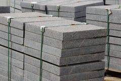 beaucoup de restrictions pour des travaux de construction sur des palettes au site étendant la place de ville de pavés Photographie stock