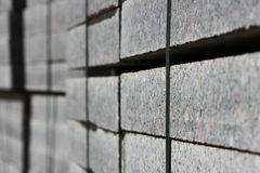 beaucoup de restrictions pour des travaux de construction sur des palettes au site étendant la place de ville de pavés Image stock