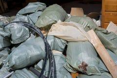 Beaucoup de sacs avec des débris de construction Nettoyage commande photographie stock