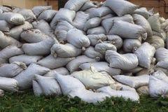 Beaucoup de sacs sur l'herbe photographie stock libre de droits