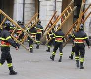 Beaucoup de sapeurs-pompiers pendant l'exercice dans la place photographie stock