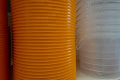 Beaucoup de seaux oranges et transparents sont sur l'étagère photographie stock