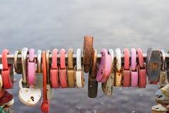 Beaucoup de serrures accrochent sur le fond de l'eau photographie stock libre de droits