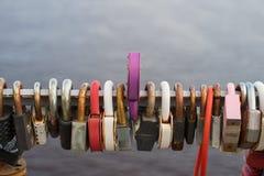 Beaucoup de serrures accrochent sur le fond de l'eau photo libre de droits