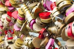 Beaucoup de serrures colorées Photographie stock libre de droits