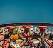 Beaucoup de serrures d'amour ont placé sur un pont avec le copyspace sur le ciel Photo libre de droits
