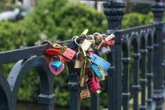 Beaucoup de serrures d'amour sont sur le pont moderne Photographie stock
