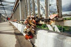 Beaucoup de serrures ou de cadenas d'amour au pont en fer dans Eletz Image libre de droits