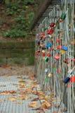 Beaucoup de serrures sur le pont de corde, concept d'amour Photos stock