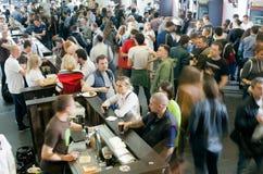 Beaucoup de sortes de dégustation de personnes de bière dans le hall énorme de la barre Photo stock
