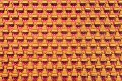 Beaucoup de statues d'or chinoises de Bouddha sont placées sur les murs rouges dans des temples chinois Photos stock