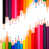 Beaucoup de stylos colorés et une vague Photographie stock libre de droits