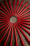 Beaucoup de stylos de rouge en cercle sur un fond en bois noir Concentré Photos libres de droits