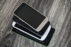 Beaucoup de téléphones intelligents sur le fond en bois photos libres de droits
