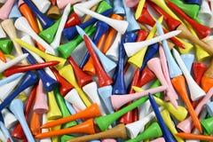 Beaucoup de tés de golf colorés effectuent un fond coloré Photo libre de droits