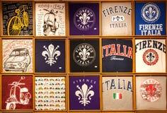 Beaucoup de T-shirts colorés de souvenir pour des touristes avec des symboles populaires de la Toscane image stock