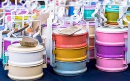 Beaucoup de tailles, beaucoup de couleurs de transporteur thaïlandais de nourriture Photographie stock