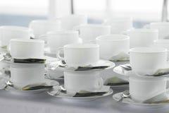 Beaucoup de tasses sur les pauses-café Image libre de droits