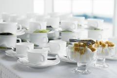 Beaucoup de tasses sur les pauses-café Image stock