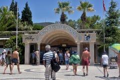 Beaucoup de touristes à l'entrée à la piscine de Cléopâtre Photographie stock libre de droits