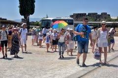 Beaucoup de touristes à l'entrée à la piscine de Cléopâtre Photos stock
