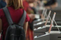 Beaucoup de touristes aux barrières piétonnières d'aileron de contrôle d'accès choisi photographie stock
