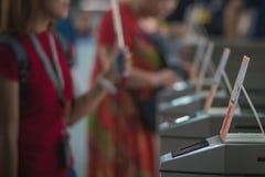 Beaucoup de touristes aux barrières piétonnières d'aileron de contrôle d'accès choisi image libre de droits