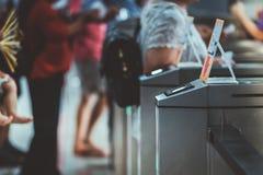Beaucoup de touristes aux barrières piétonnières d'aileron de contrôle d'accès choisi images libres de droits