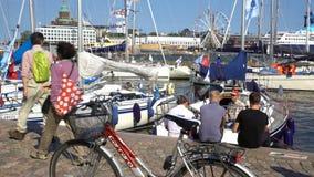 Beaucoup de touristes, de bateaux et de spectateurs sur le quai à Helsinki clips vidéos