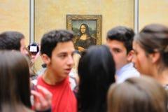 Beaucoup de touristes devant la peinture de Mona Lisa (Monna Lisa ou La Gioconda en italien et La Joconde en français) au Louvre  images stock