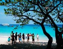 Beaucoup de touristes sur la plage blanche de sable d'île de Similan et le tur vibrant Image stock