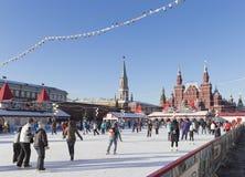 Beaucoup de touristes sur une piste de patinage le réveillon de Noël Photo stock