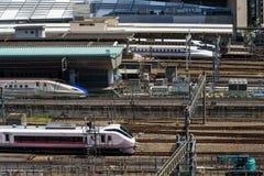 Beaucoup de trains de Shinkansen à la station de Tokyo Images stock