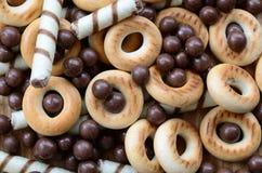 Beaucoup de tubules doux croustillants, boules de chocolat et yello de fonte photographie stock