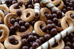 Beaucoup de tubules doux croustillants, boules de chocolat et yello de fonte image stock
