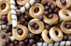 Beaucoup de tubules doux croustillants, boules de chocolat et yello de fonte photos libres de droits