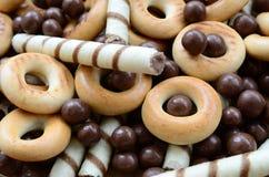 Beaucoup de tubules doux croustillants, boules de chocolat et yello de fonte photo stock