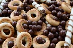 Beaucoup de tubules doux croustillants, boules de chocolat et yello de fonte photos stock