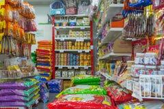 Beaucoup de types d'aliment pour animaux familiers dans le magasin de bêtes Photos libres de droits