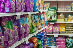 Beaucoup de types d'aliment pour animaux familiers dans le magasin de bêtes Images stock