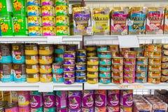 Beaucoup de types d'aliment pour animaux familiers dans le magasin de bêtes Photographie stock libre de droits
