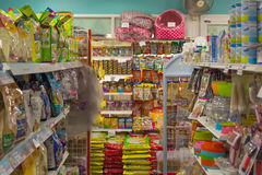 Beaucoup de types d'aliment pour animaux familiers dans le magasin de bêtes Image libre de droits