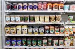 Beaucoup de types de café prêts pour la vente dans le supermarché Photographie stock libre de droits