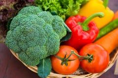 Beaucoup de types de légumes dans un panier Photos libres de droits
