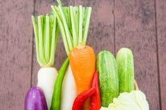Beaucoup de types de légumes dans un panier Photo stock