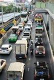 Beaucoup de véhicule bloqué sur la route principale images stock