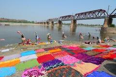 Beaucoup de vêtements de lavage de personnes sur la rivière Photographie stock libre de droits