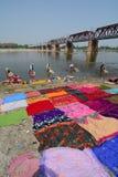 Beaucoup de vêtements de lavage de personnes sur la rivière Image libre de droits