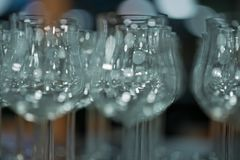 Beaucoup de verres à boire transparents vides, verres de vin sur la table dans le restaurant images libres de droits